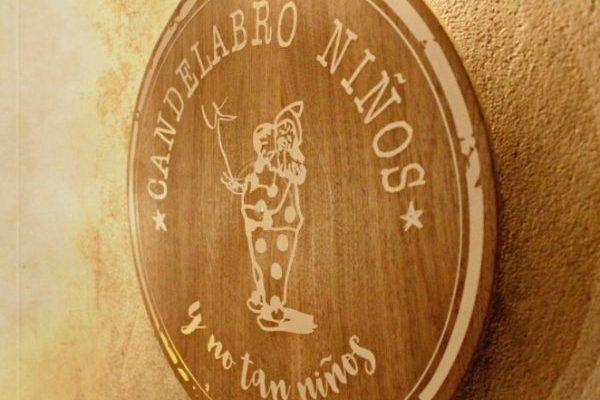 Logotipo Candelabro Niños colgado sobre la pared