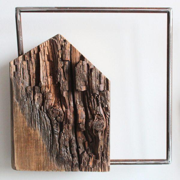 Escultura de VEGONHA RODRIGUEZ Casita I en madera y hierro