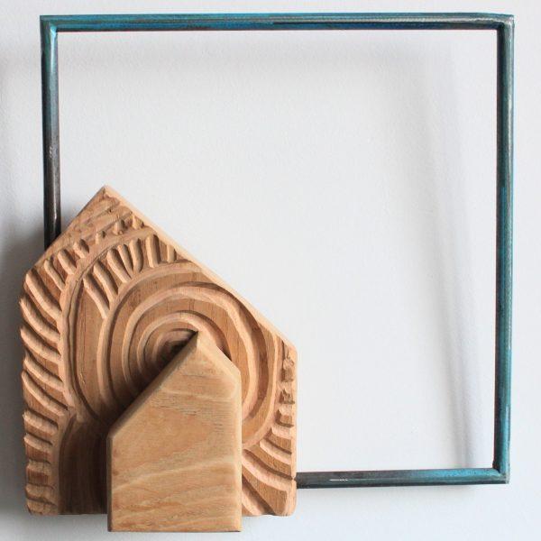 Escultura de VEGONHA RODRIGUEZ Casita II realizda en madera y hierro