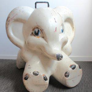 Elefante de chapa antiguamente asiento de peluquería