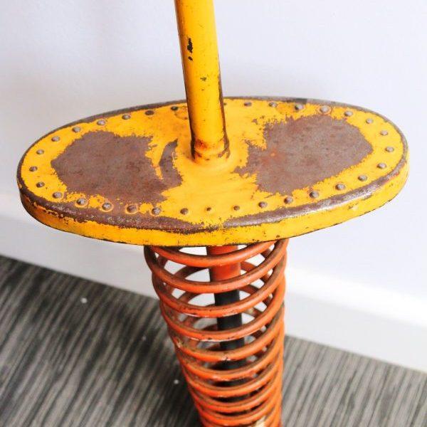 Antiguo juguete en hierro consistente en un muelle para saltar sobre él.