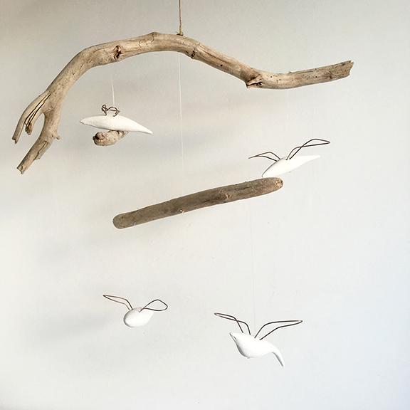 """""""Sueños Aéreos"""" realizado por Nonia Villa. Móvil realizado con madera de mar reciclada y pájaros modelados a mano con alas de cobre."""