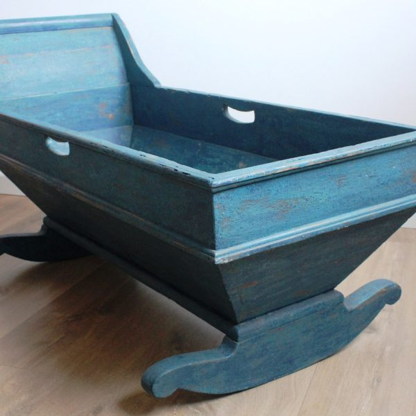 Cuna balancín de pino policromada con restos en dos tonos de azul de principios del S.XIX