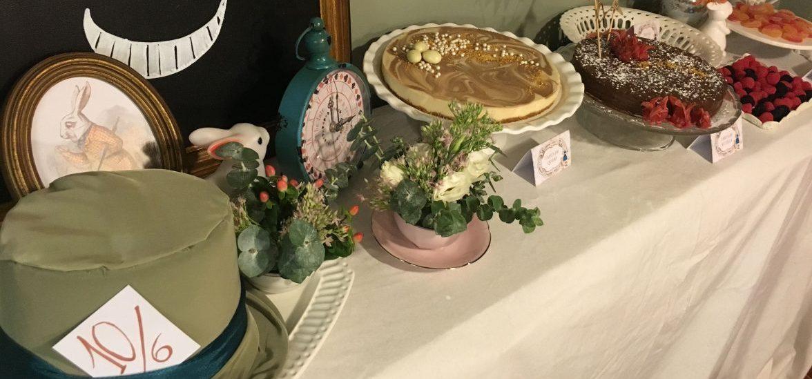 Mesa dulce Alicia en el Pais de las Maravillas para fiesta privada con tartas y otros dulces