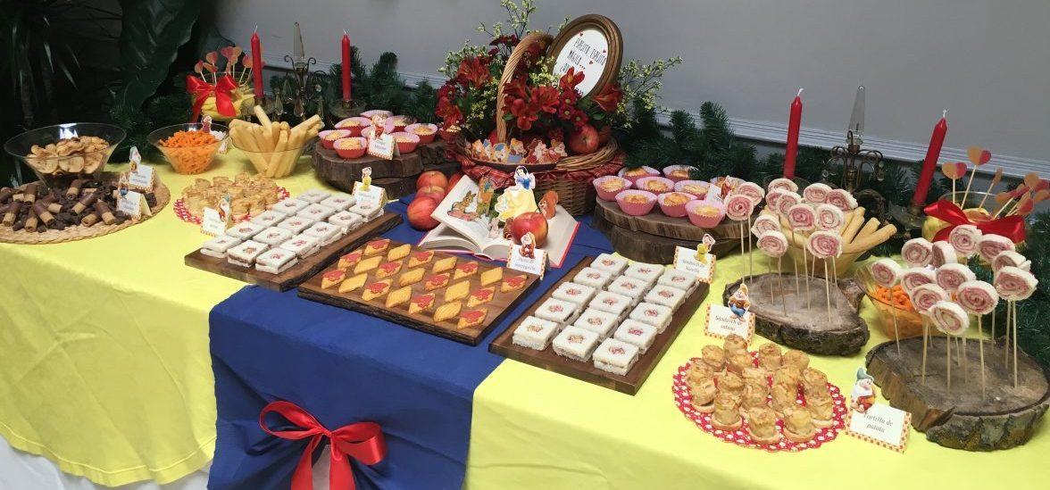 Mesa dulce y salada sobre Blancanieves para cumpleaños infantil sobre mesa amarilla y azul